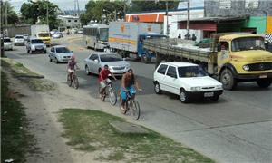 Ciclistas se arriscam nos canteiros das avenidas
