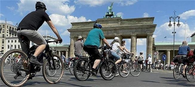 Ciclistas se juntam no Portão de Brademburgo neste