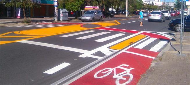Ciclofaixa e redução de largura de via para traves