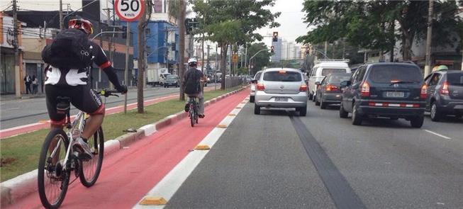 Ciclofaixa em avenida de São Paulo: risco de desap