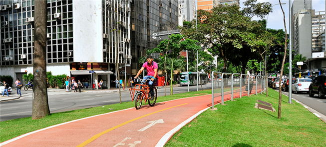 Ciclovia em avenida de São Paulo: espaço separado