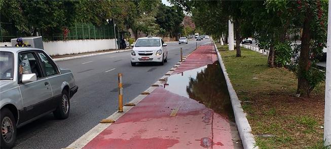 Ciclovia no Anhembi (ZN): poça d'água põe ciclista