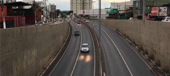 Cidade prioriza o carro. Foto: Av. Miguel Sutil (t