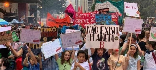 Coletivo leva crianças a protesto na Av. Paulista