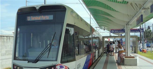 Composição do VLT recebe passageiros na estação