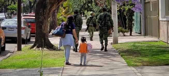 Criança observa militares nas ruas de Guajalajara,