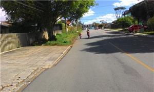 Criança pedala na rua