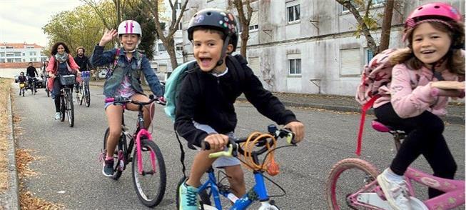 Crianças a caminho da escola em Aveiro, Portugal