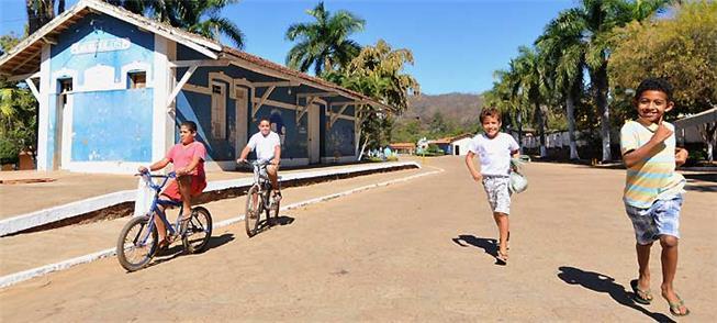 Crianças andam a pé ou de bicicleta nas ruas de Mo