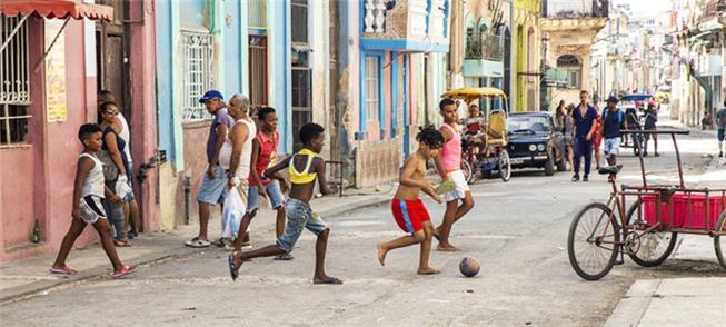 Crianças brincam em uma rua de Havana, Cuba