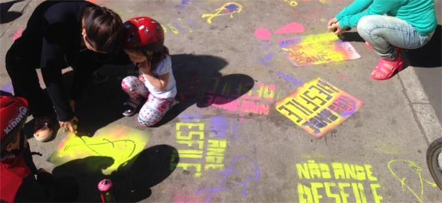 Crianças brincam na Paulista