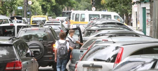 Crianças chegam a escola em Belo Horizonte