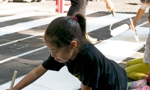 Crianças pintam faixa de travessia no projeto do M