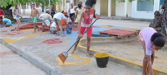 Crianças tomam iniciativa de cuidar do espaço públ