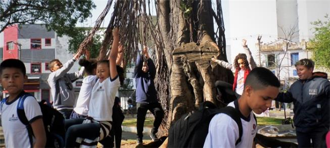 Crianças vão a pé da escola no Bixiga até a Estaçã