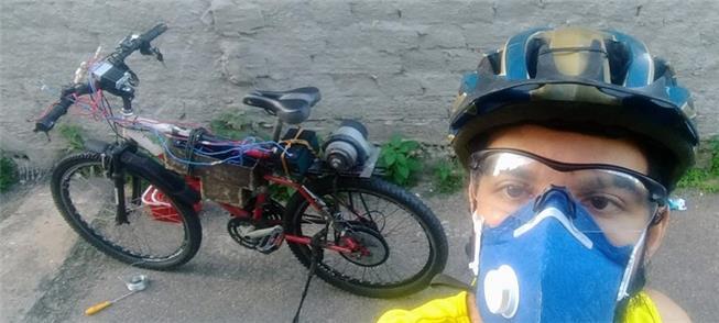 Deyvid Chaves ao lado do protótipo da bike elétric