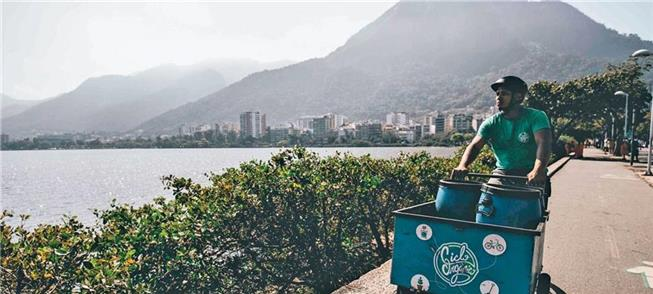 Dez ciclistas por bairros do Rio recolhendo lixo o