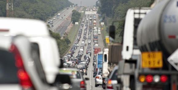 Dia a dia: trânsito congestionado na saída de São