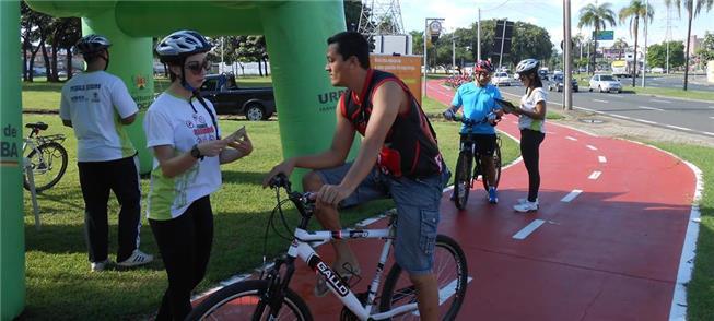 Distribuição de cartilha com dicas aos ciclistas s