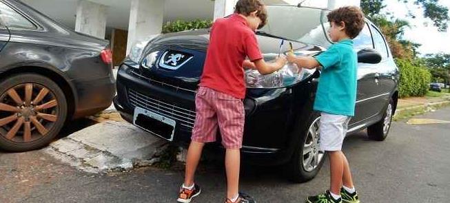 Em Brasília, crianças 'autuam' motorista infrator