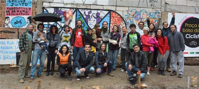 Em Curitiba, ciclistas criam uma praça de bolso