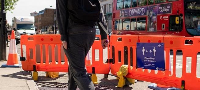 Em Londres, aviso chama atenção à distância entre