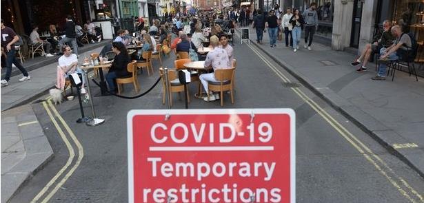 Em Londres, bares e restaurantes lotam perigosamen