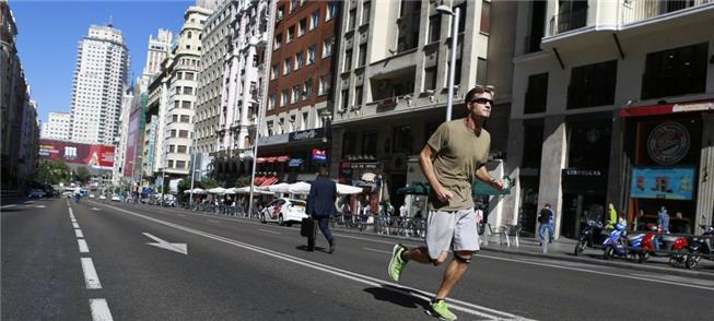 Em pleno centro, pedestre corre no dia sem carro e