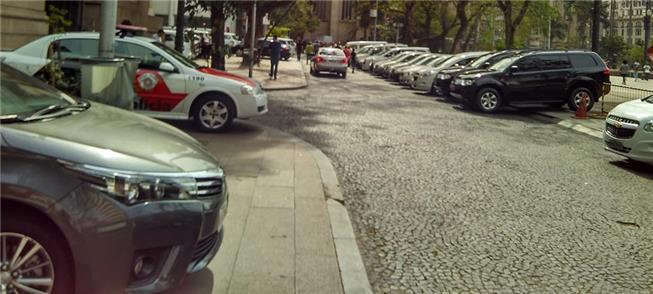Em SP, calçadas de prédios públicos têm buracos e