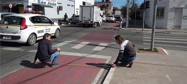 Equipe mede ciclofaixa da rua Prof. Araújo, no Cen