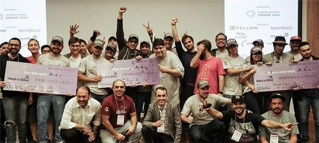 Equipes participantes da Hack'n Bike, em SP, posam