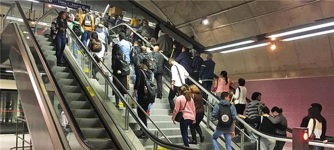 Escadas cheias no acesso ao mezanino da estação Sa