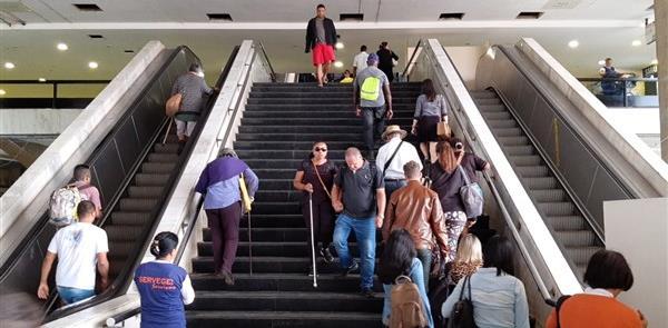 Escadas rolantes quebradas no principal terminal r