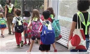 Escola pratica caminhada diária com as crianças