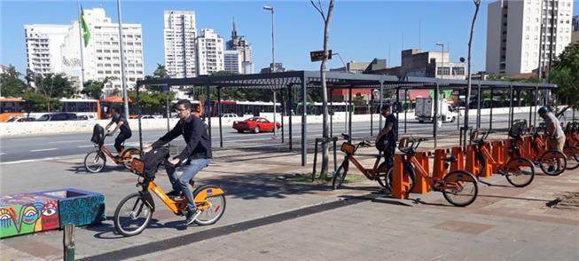 Estação de bikes no Largo da Batata, em São Paulo