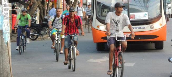 Estrutura cicloviária atrasada no Recife gera prot