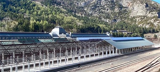 Estrutura da nova estação, com os Pirineus ao fund