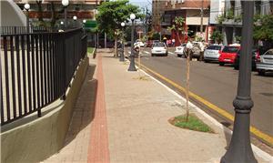 Exemplo de calçada ampla e adaptada