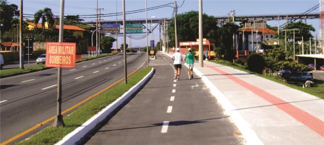 Exemplo de ciclovia e calçada em rodovia urbana