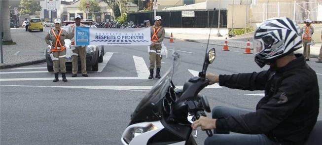 Faixa alerta motos e carros sobre o respeito ao pe