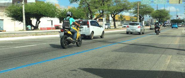 Faixas azuis, e não corredor de BRT em avenida da