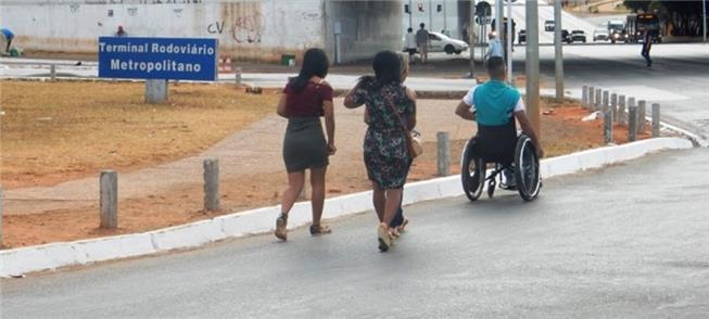 Falta de acessibilidade desrespeita pedestres em B