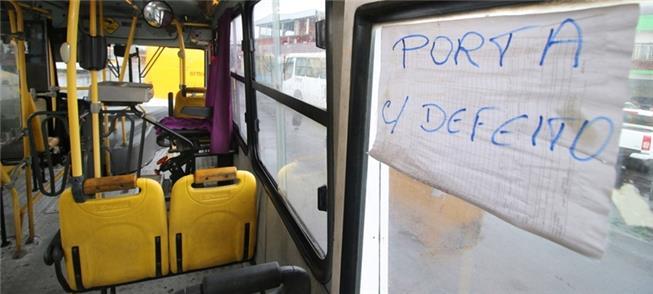 Falta manutenção; e ônibus têm portas e assentos q