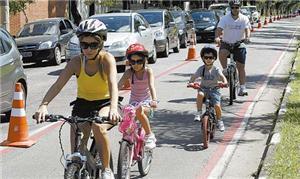 Família circula pela Ciclofaixa de São Paulo