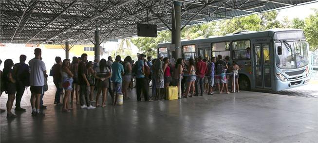 Fila de ônibus em Fortaleza: medo das aglomerações