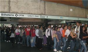 Filas na entrada da estação Corinthians-Itaquera,