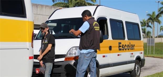 Fiscais das prefeituras fazem a vistoria dos veícu
