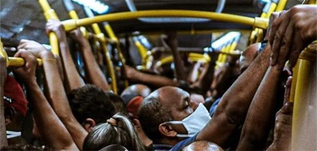 Fotógrafo flagra BRT lotado no Rio durante a pande