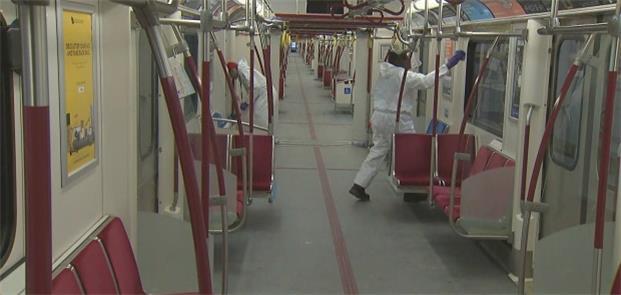 Funcionário desinfeta o metrô de Toronto, no Canad