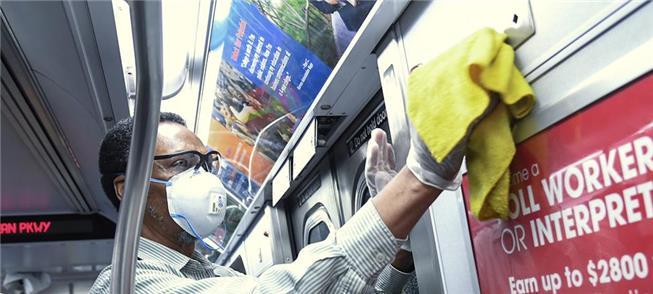 Funcionário do metrô de Nova York prepara trem par